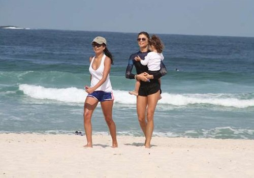 Grazi Massafera aproveita folga e curte praia com a sua filha no Rio