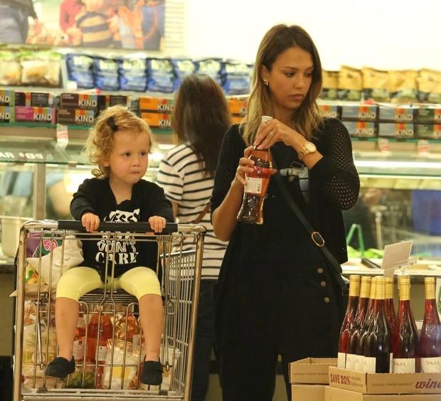 Jessica Alba faz careta para paparazzo no supermercado