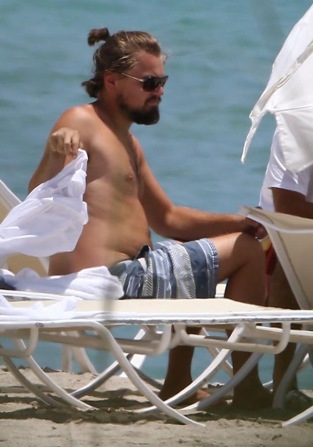 Leonardo DiCaprio exibe barriguinha em ida à praia