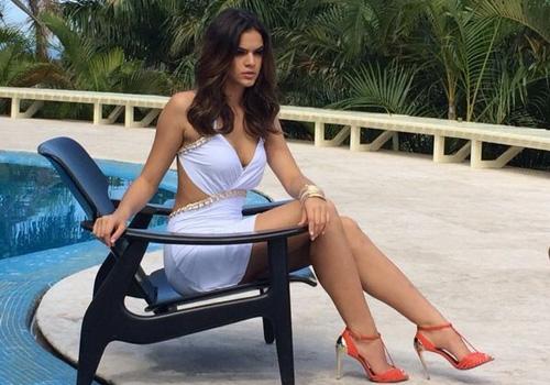Mulher fatal! Bruna Marquezine valoriza corpão e decote em ensaio