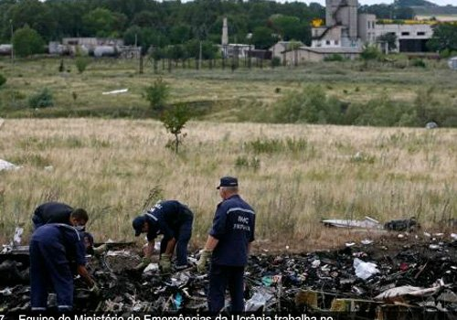Trem deixa local da queda de avião com corpos das vítimas