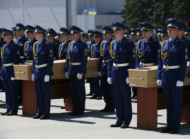 Avi縊 com corpos de v咜imas do voo MH17 parte da Ucr穗ia para a Holanda