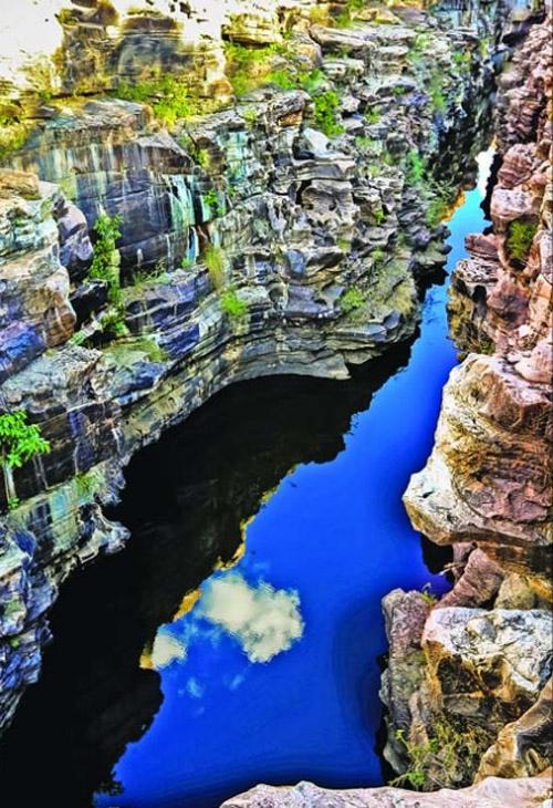 Cânion do Rio Poti exibe natureza exuberante em união de rochas e água, deslumbrando visitantes
