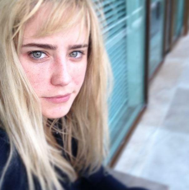Loiríssima, Fernanda Vasconcellos posta foto com cara de sono