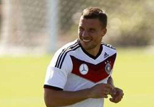 Podolski segue carinho com Brasil e homenageia ex-lateral Djalma Santos