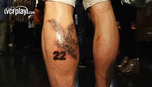 Zagueiro que custa R$ 60 milhões chega ao Barça com tatuagem de time rival
