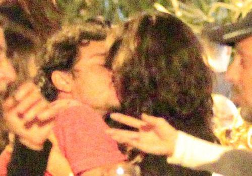 Helena Ranaldi troca beijos com seu namorado 20 anos mais jovem