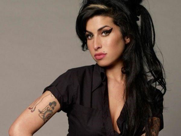 Ap tr黌 anos da morte de Amy Winehouse, pai diz que ainda fala com a cantora