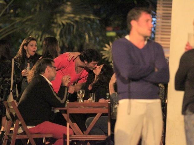 Helena Ranaldi troca beijos com o namorado 20 anos mais novo