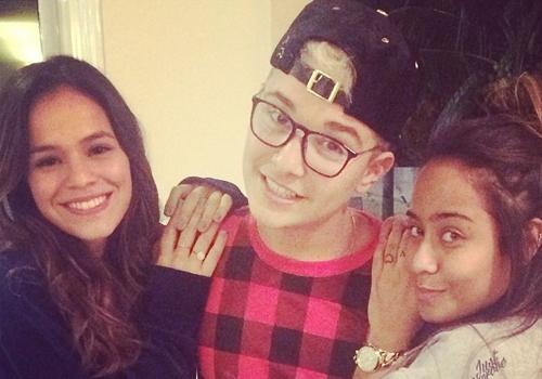 MC Gui posta foto com Bruna Marquezine e irmã de Neymar: