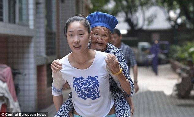 Neta retribui todo o amor de sua avó carregando ela todas os dias nas costas
