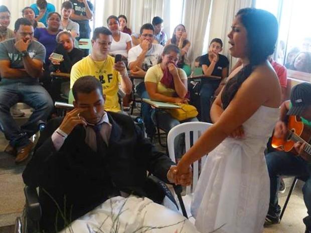 Noivo com câncer realiza sonho e se casa três dias antes de morrer