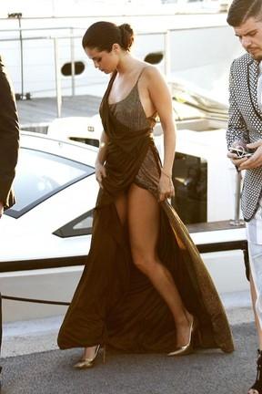 Selena Gomez se descuida e quase mostra demais