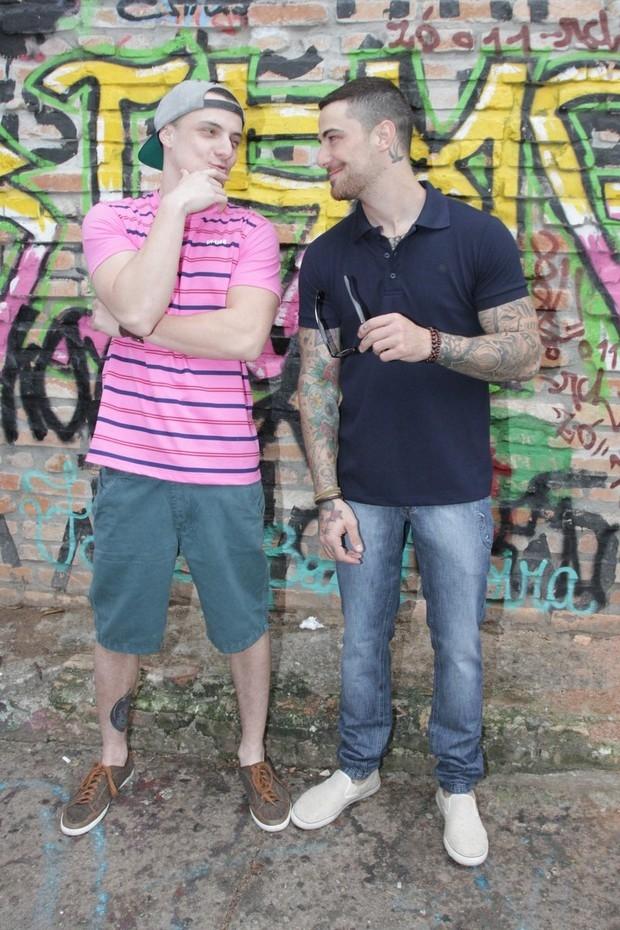 Felipe Titto mostra o supertanquinho em ensaio ao lado do irmão
