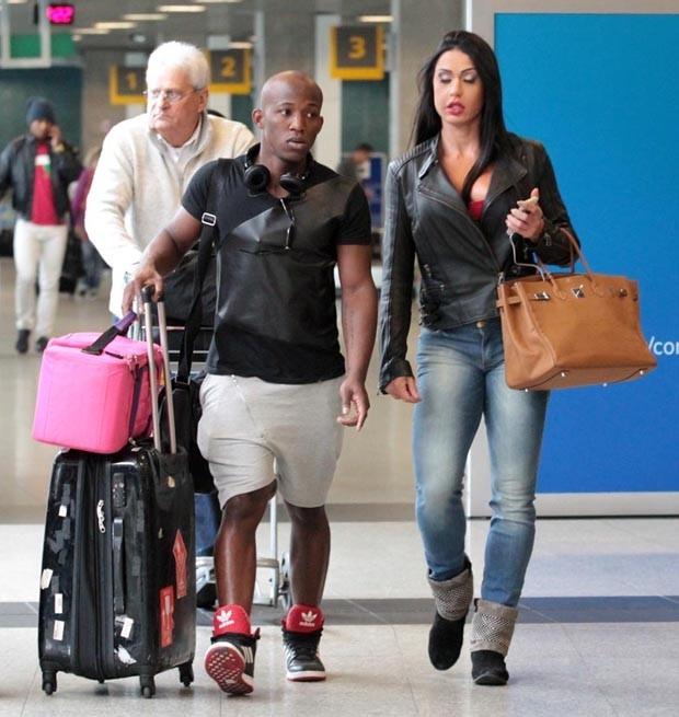 Gracyanne Barbosa deixa corpão sarado em evidência em aeroporto