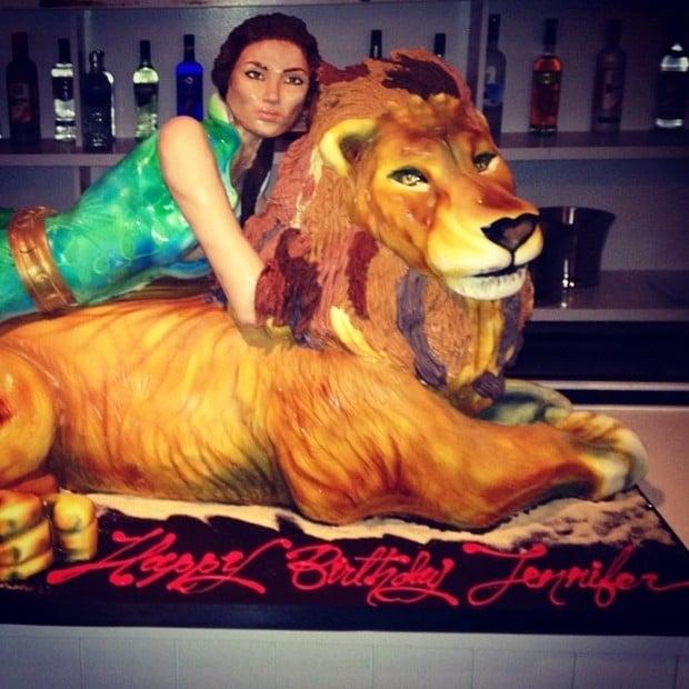 Jennifer Lopez comemora anivers疵io com barriga  mostra e hiperdecote