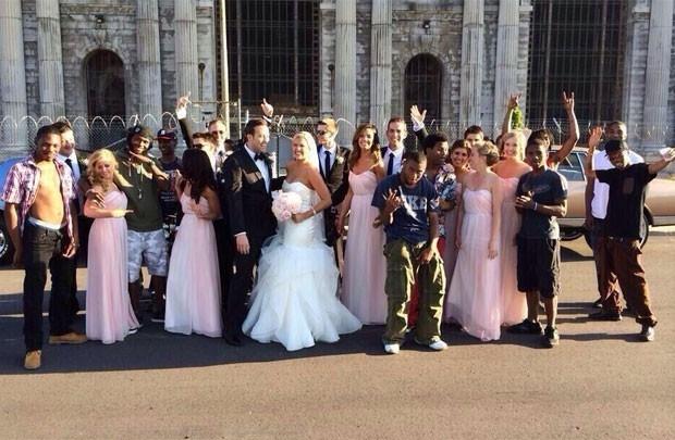 Noiva erra mensagem e estranhos aparecem para foto de casamento