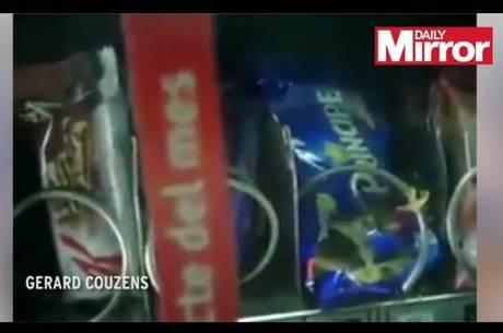 Ratazana  encontrada devorando bolachas dentro de m痃uina de comida no metr