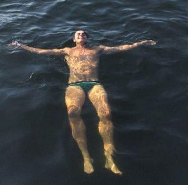 Reynaldo Gianecchini relaxa no mar e fãs elogiam: