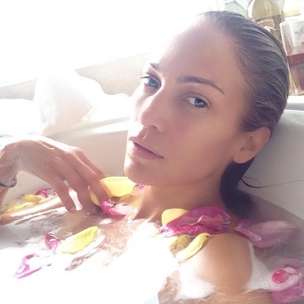 Sem maquiagem e linda, Jennifer Lopez relaxa em banheira