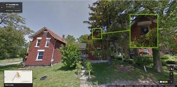 Google Street View flagra fantasma em janela de uma casa abandonada
