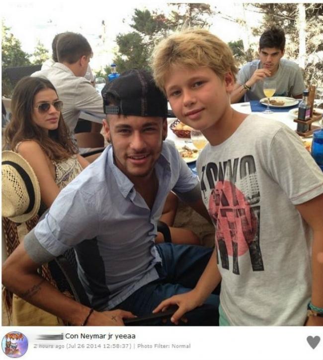 Neymar curte férias em Ibiza com Bruna Marquezine e posa com fãs
