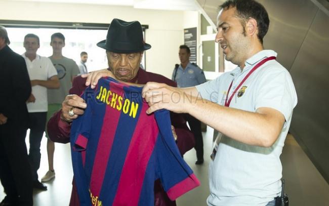 Pai de Michael Jackson visita museu do Barça e compara clube aos filhos