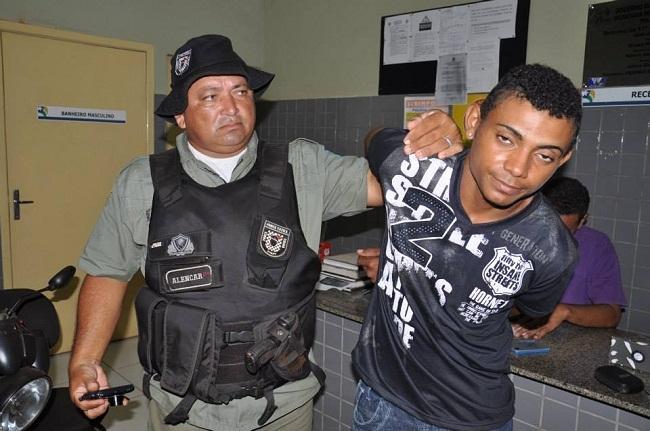Polícia Militar prende jovem com arma de fogo após denúncias