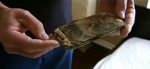 Americana acorda com celular queimando debaixo do travesseiro