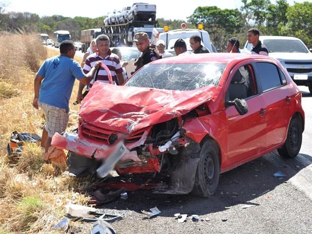Carro fica destruído em acidente com quatro mortos em rodovia da Bahia