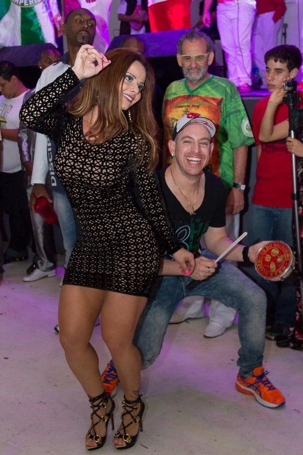 De vestido curto e justo, Viviane Araújo samba na quadra do Salgueiro