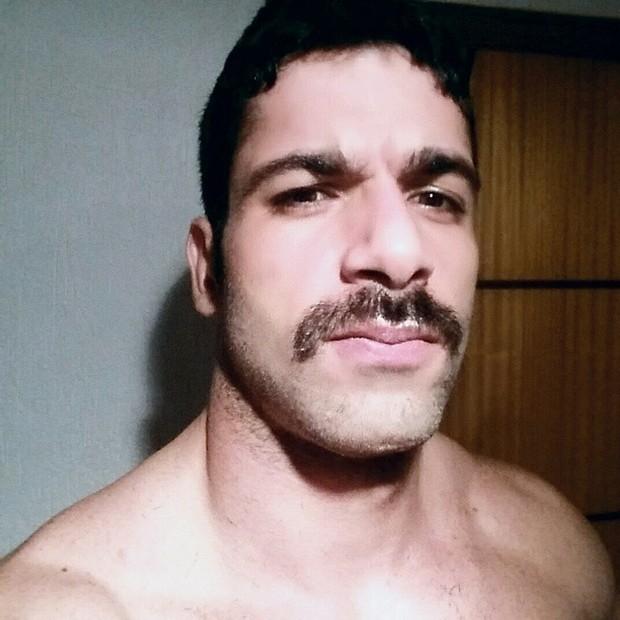 Ex-BBB Kadu Parga muda o visual e entra na onda do bigode grosso