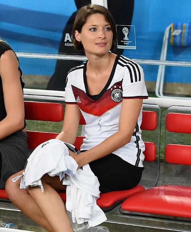 Goleiro Neuer, da seleção alemã, é cercado por mulheres em praia