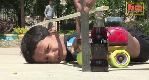Patinador de 6 anos bate recorde mundial ao se espremer sob 39 carros