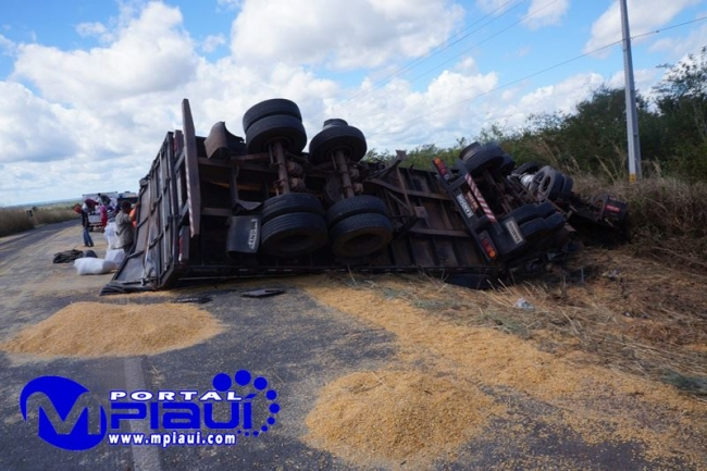 Carreta tomba e deixa carga de milho espalhada na Br. 343 próximo a São Pedro do Piauí