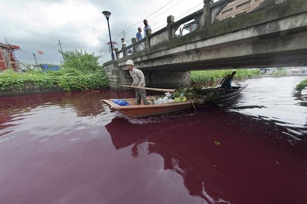 Em menos de 1h, rio fica todo vermelho e governo n縊 sabe de quem  a culpa