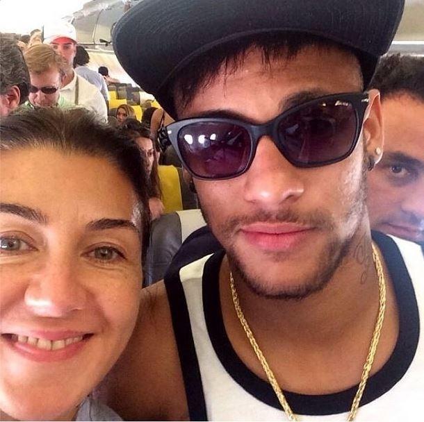 Fã tira foto com Neymar e diz que craque já está a caminho de Barcelona após férias
