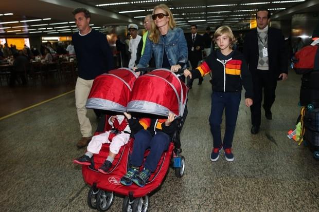 Filho de Angélica e Huck se esconde de flashes em aeroporto