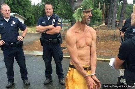 Maluco é preso usando apenas canga e uma coroa de flores nos EUA