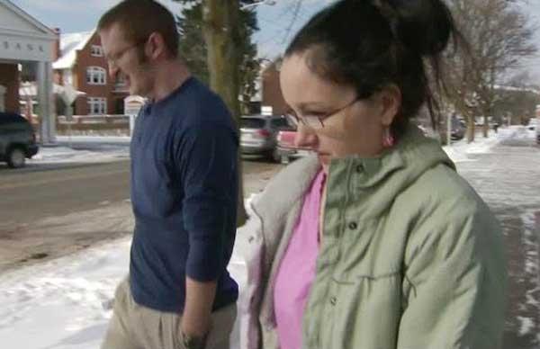 Pais presos após trancarem filho em porta-malas de carro para curar seu medo de escuro ganham liberdade condicional