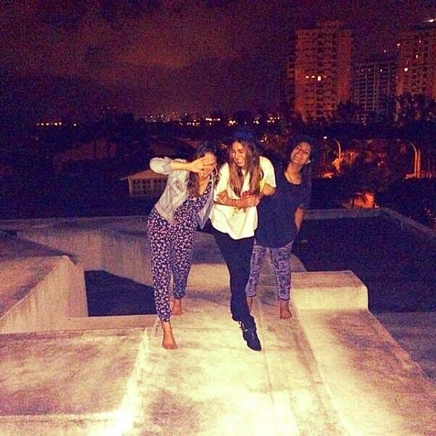De volta ao Brasil, Bruna Marquezine curte a madrugada com amigas