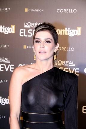 Deborah Secco deixa adesivos nos seios à mostra em premiação no Rio