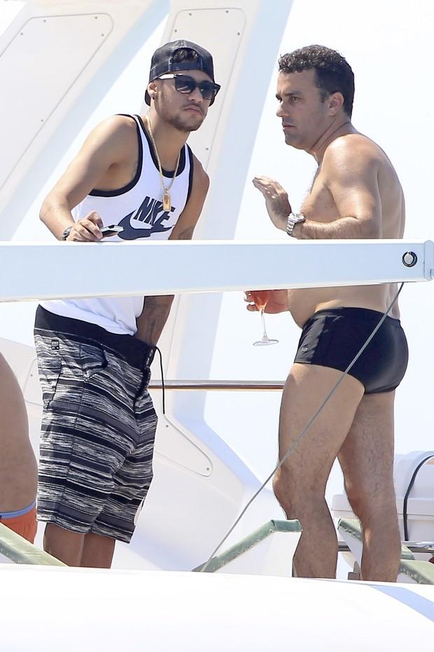 Neymar dá pegada indiscreta durante passeio de barco em Ibiza