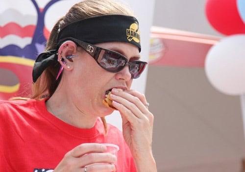 Americana devora 26 hambúrgueres e vence concurso de comilança