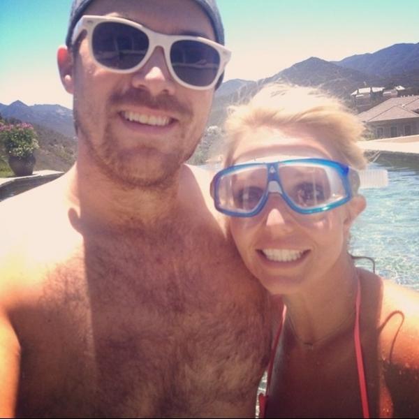 Britney Spears posta foto com namorado e afasta rumores de término