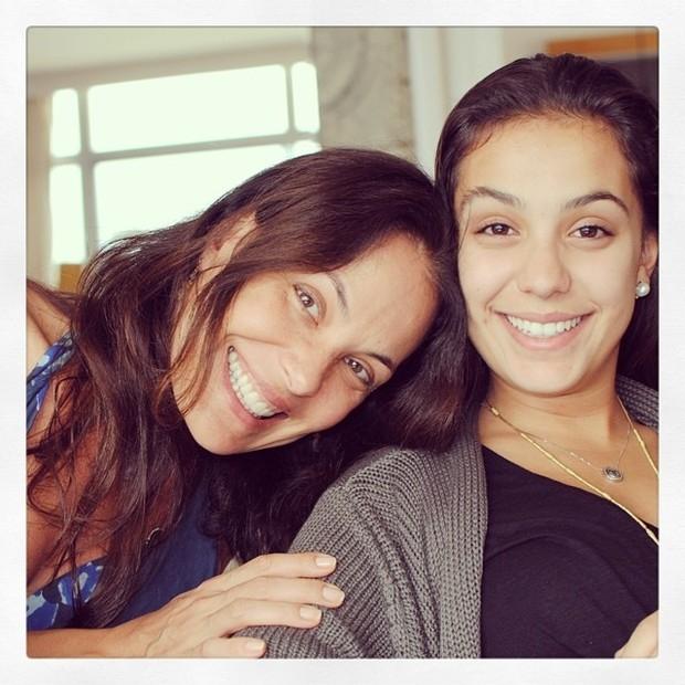 Carolina Ferraz posa com a filha e fãs se impressionam com semelhança