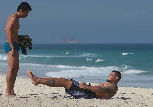 fica exausto com série de exercícios na praia