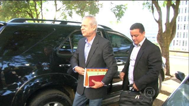 José Dirceu sai da cadeia para primeiro dia de trabalho externo