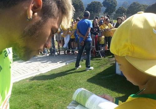 Neymar realiza sonho de menino com câncer: