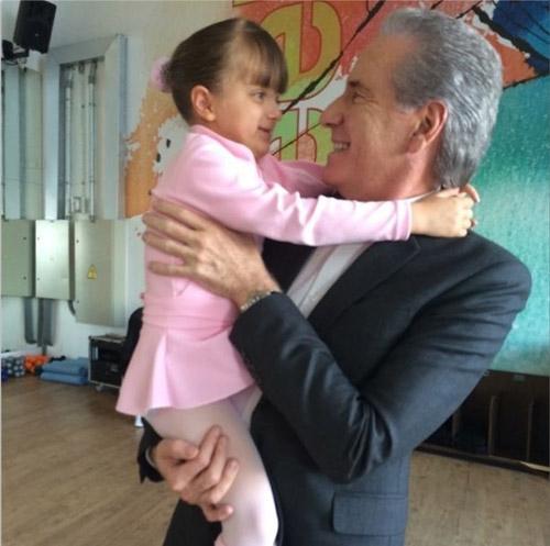 Roberto Justus faz visita surpresa para a filha em aula de balé